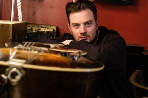 Le guitariste Jordan Officer aime le jazz, le blues et le country et lance trois albums
